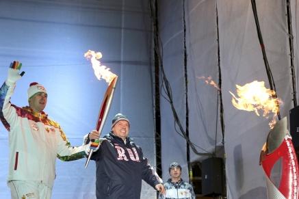 Василий Голубев зажёг чашу Олимпийского огня в сердце донской столицы